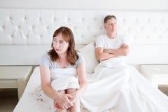 Familienlebenkonzept Probleme in den Verhältnissen Mittelalterpaare im Schlafzimmer Mann und Frau im Bett Streit- und Umkippengef lizenzfreies stockbild