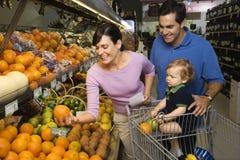 Familienlebensmittelgeschäfteinkaufen. Stockfotos