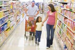 Familienlebensmittelgeschäfteinkaufen lizenzfreie stockbilder