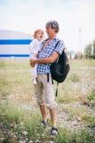 Familienmädchen in den Armen seines Vaters draußen Stockfoto