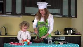 Familienmädchen-Kochlebensmittel in der Küche Glückliches Mädchen mit Muttermischungsteig in der Schüssel stock video