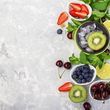 Familienmahlzeiten der gesunden Diät der Bestandteile: frische saftige Früchte und Beeren mit der Minze und Eis, zum eines gesund Stockfoto