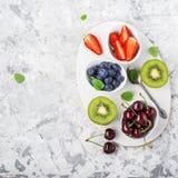 Familienmahlzeiten der gesunden Diät der Bestandteile: frische saftige Früchte und Beeren mit der Minze und Eis, zum eines gesund Stockbilder