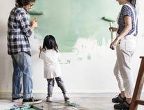 Familienmalereiwand zusammen mit Bürste stockbilder
