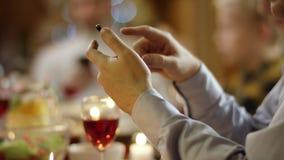 Familienmitglieder, die in den Textboten auf Smartphones durch Weihnachtstabelle, Abschluss oben auf Händen simsen stock video footage