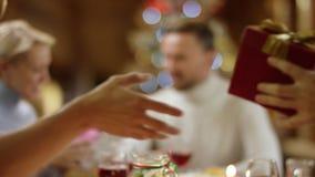 Familienmitglieder, die Geschenke auf Weihnachtsnacht, Abschluss oben auf Paaren austauschen stock footage