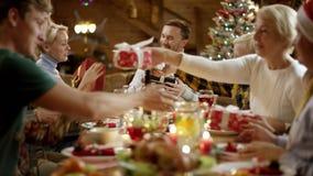 Familienmitglieder, die Geschenke austauschen stock video footage