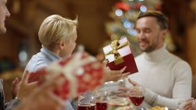 Familienmitglieder, die oben Geschenke, Abschluss austauschen stock video footage