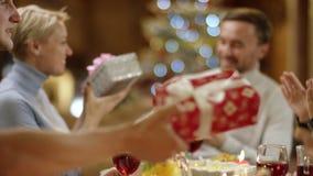 Familienmitglieder, die oben Geschenke auf Weihnachten, Abschluss austauschen stock footage