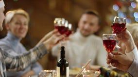 Familienmitglieder klirrt ihre Gläser und Getränke durch Weihnachtstabelle stock video footage