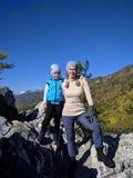 Familienmitglieder machen Fotos von einander Fotos vom Telefon während der Wanderung Familienreisen Leute lizenzfreies stockfoto