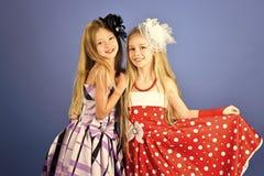 Familienmode-modell-Schwestern, Schönheit Mode und Schönheit, kleine Prinzessin Freundschaft, Blick, Friseur, heiratend Stockbilder