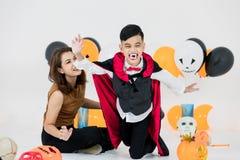 Familienmutter-Hilfskind der Atelieraufnahme kleidete asiatisches im Kostüm a stockfoto