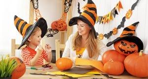 Familienmutter und Kindertochter bereiten sich für Halloween vor und Lizenzfreies Stockfoto
