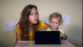 Familienmutter und -tochter, die Spaß mit Tablet-Computer haben stock video