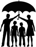 Familienmuttergesellschaft halten Sicherheitsrisikoregenschirm an Stockfotos