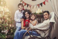 Familienmuttervater und -kinder mit Geschenken im Weihnachten herein Stockfotos