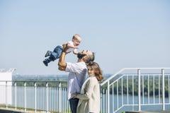Familienmuttervati und -baby glücklich mit Lächeln zusammen im Park w stockfoto