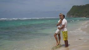 Familienpaare auf dem Strand stock video footage