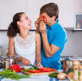 Familienpaare, die Gemüse kochen Lizenzfreie Stockfotografie