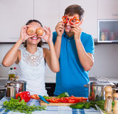 Familienpaare, die Gemüse kochen Lizenzfreie Stockbilder