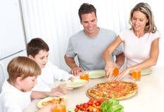 Familienpizza Stockfotografie