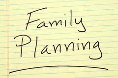 Familienplanung auf einem gelben Kanzleibogenblock Lizenzfreies Stockbild