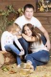 Familienporträt auf dem Heu stockfotografie