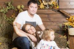 Familienporträt auf dem Heu lizenzfreie stockfotografie