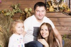 Familienporträt auf dem Heu lizenzfreies stockfoto