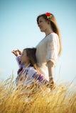 Familienporträt auf Natur Lizenzfreie Stockbilder