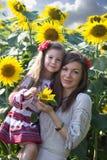 Familienporträt in den Sonnenblumen Lizenzfreies Stockfoto
