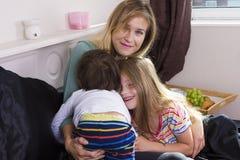 Familienporträt im Bett zu Hause stockfotos