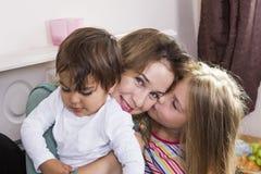 Familienporträt im Bett zu Hause stockfotografie