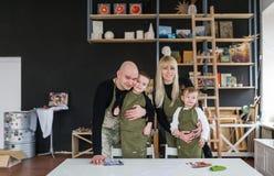 Familienporträt im kreativen Studio lizenzfreie stockfotografie