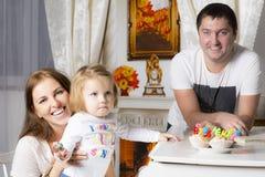 Familienporträt am Klavier mit den kleinen Kuchen stockfoto