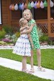 Familienporträt mit zwei Schwestern auf Hintergrund des Sommerparks Lizenzfreie Stockfotos