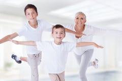 Familienporträt, Mutter mit Söhnen Stockbild