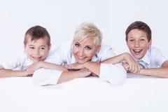 Familienporträt, Mutter mit Söhnen Lizenzfreie Stockfotografie
