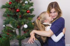 Familienporträt nahe Baum des neuen Jahres lizenzfreies stockfoto