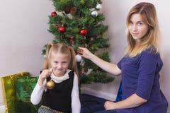 Familienporträt nahe Baum des neuen Jahres stockbilder