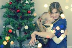 Familienporträt nahe Baum des neuen Jahres stockbild