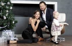 Familienporträt nahe dem Weihnachtsbaum stockfotos