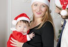 Familienporträt nahe dem Weihnachtsbaum stockfotografie