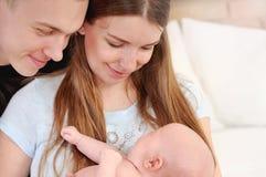 Familienporträt von glücklichen Eltern Stockfotografie