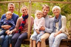 Familienporträt von mehreren Generationen auf einer Brücke in einem Wald lizenzfreies stockbild