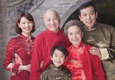 Familienporträt von mehreren Generationen durch Gebäude des traditionellen Chinesen lizenzfreie stockfotografie