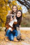 Familienporträt von Schwestern in gelbem Herbst Park lizenzfreies stockfoto