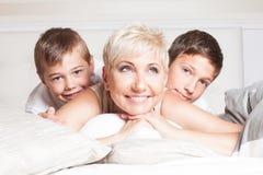 Familienporträt, zwei Brüder mit Mama Lizenzfreies Stockbild
