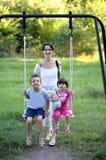 Familienportrait auf einem Schwingen Stockfotos
